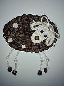 Dekorácie - Magnetka z kávy ovečka - 10860889_