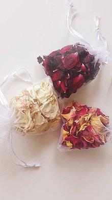 Dekorácie - Sušené lupienky ruží v organzovom vrecúšku - 10862360_