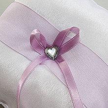 Prstene - Výpredaj - saténový vankúšik s levandulovou stuhou a skleneným srdiečkom - 10860974_