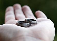 Prstene - Pánsky snubný v striebre s patinou - 10863923_