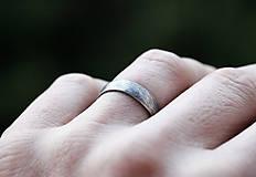 Prstene - Pánsky snubný v striebre s patinou - 10863925_