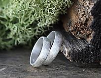 Prstene - Dva snubné v striebre s textúrou - 10863951_