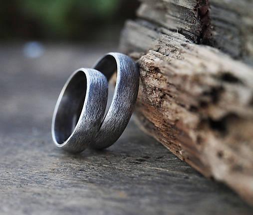 Prstene - Pánsky snubný v striebre s patinou - 10863921_