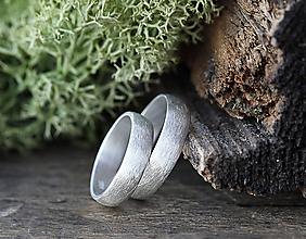 Prstene - Svadobné obrúčky v striebre s textúrou - 10863951_