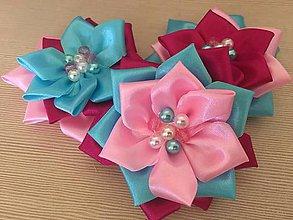 Materiál ručne robený - Trojfarebné kvety s perličkami - 10864402_