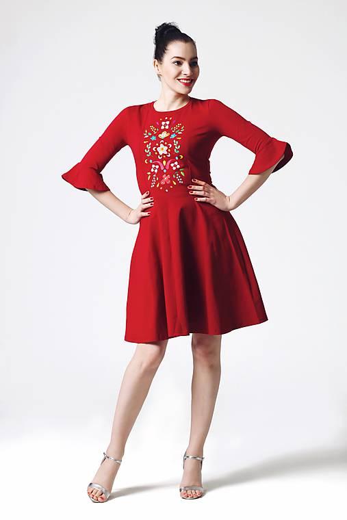 Šaty - Šaty bordové vyšívané s volánikmi na rukávoch - 10865116_