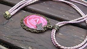 Náhrdelníky - Náhrdelník s veľkým ozdobným príveskom (Ruža a motýľ, č. 2754) - 10866107_