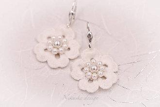 Náušnice - Malé krajkové svadobné náušnice s kvietkami a perlami - 10866558_