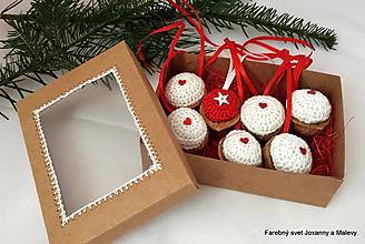 Dekorácie - vianočné háčkované oriešky Červené so srdiečkami v krabičke - 10866208_