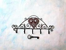 Nábytok - vešiak s dreveným srdcom - 10868102_