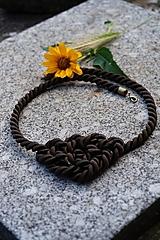 Uzlový náhrdelník hnedý