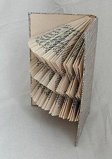 Dekorácie - Dekorácia z knihy (do knižnice, na stenu) - vyskladaná z knihy - 10870167_