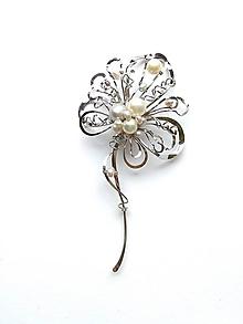 """Odznaky/Brošne - Brošňa B32P0 """"Krásná a svěží"""" bílé, šedé říční perly - 10873616_"""
