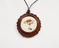 Náhrdelníky - Drevený živicový náhrdelník - Harmanček - 10876129_