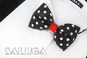 Doplnky - Pánsky čierny motýlik na biele guľky s červeným previazaním - 10877006_
