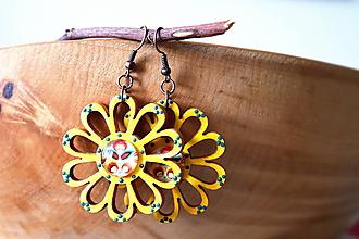 Náušnice - žlté drevené kvety s folk kabošonmi - 10876169_