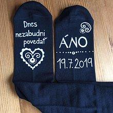 Obuv - Maľované ponožky pre ženícha (čierne ponožky s maľbou v bielom) - 10876328_