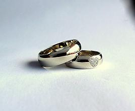 Prstene - obrúčky zlaté, široké, so srdiečkom - 10877100_