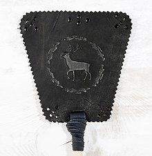 Dekorácie - Kožená plácačka na muchy - čierna - jeleň v ornamentoch - 10879790_