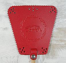 Dekorácie - Kožená plácačka na muchy - červená - mucha v ornamentoch - 10880035_