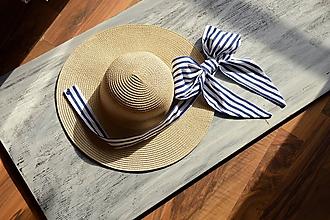 Čiapky - Dámsky letný klobúk slamený jemne krémový s odopínateľnou mašlou(pásik navy) - 10881456_