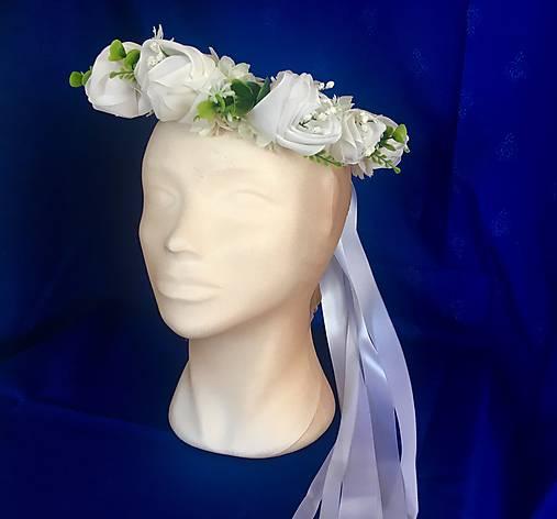 Venček biely zo saténových púčikov ruží