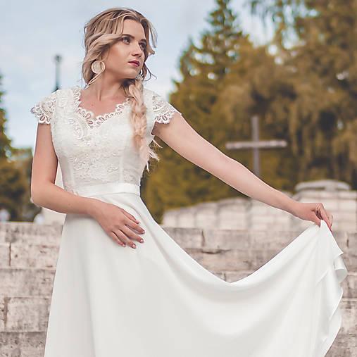 Svadobné šaty s V výstrihmi a polkruhovou sukňou