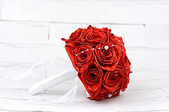 Kytice pre nevestu - Saténová kytica svadobná červená ruže + pierko - 10882783_
