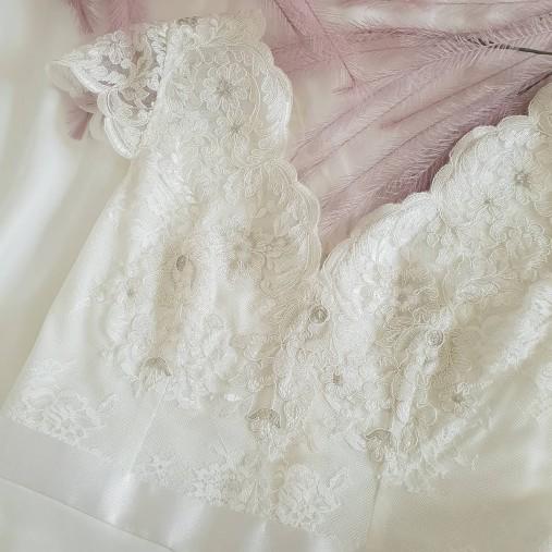 Svadobné šaty s V výstrihmi