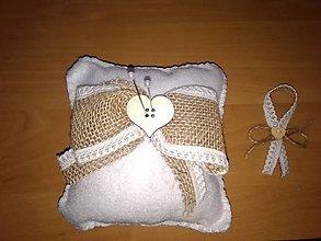 Dekorácie - Svadobné  vankúšiky a 10 pierok so špendlíkmi (Jutovo- srdiečkový) - 10889168_
