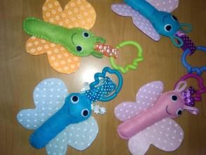 Hračky - Motýliky na kočiarik so spojovacími krúžkami - 10889246_
