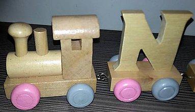 Hračky - Drevený písmenkový vláčik - sivo-ružové kolieska - 10890170_