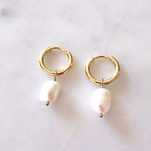 Náušnice - Menšie pozlátené kruhy s perlami - 10890735_