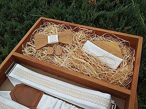 Doplnky - Pánsky drevený motýlik, manžetové gombíky, traky a vreckovka - 10893151_