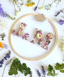 Dekorácie - Obraz vyšívaný kvetmi partnerské iniciály ružová - 10892182_