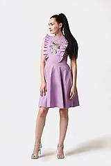 Šaty lila s výšivkou a volánikmi