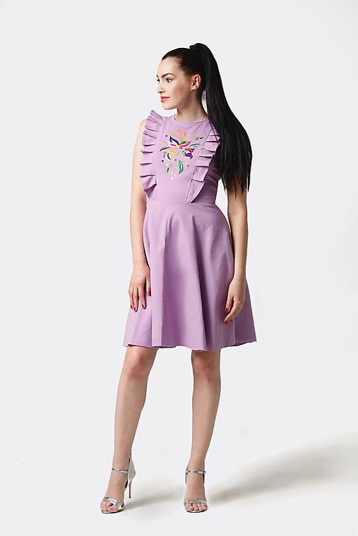 Šaty - Šaty lila s výšivkou a volánikmi - 10895056_
