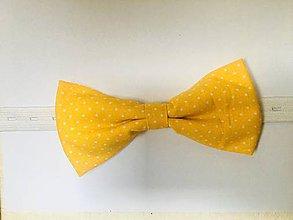 Doplnky - žltý bodkovaný motýlik - 10895581_