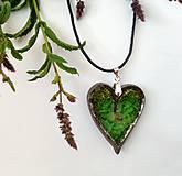 Náhrdelníky - Keramický šperk - srdce so zeleným sklom - 10899572_