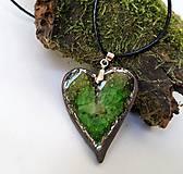 Náhrdelníky - Keramický šperk - srdce so zeleným sklom - 10899573_