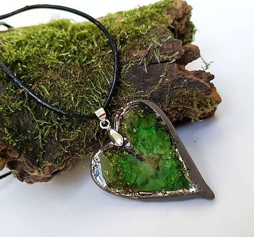 Keramický šperk - srdce so zeleným sklom