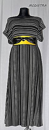 Šaty - Prúžkované úpletové šaty s opaskom - 10900023_
