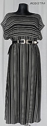 Šaty - Prúžkované úpletové šaty s opaskom - 10900103_
