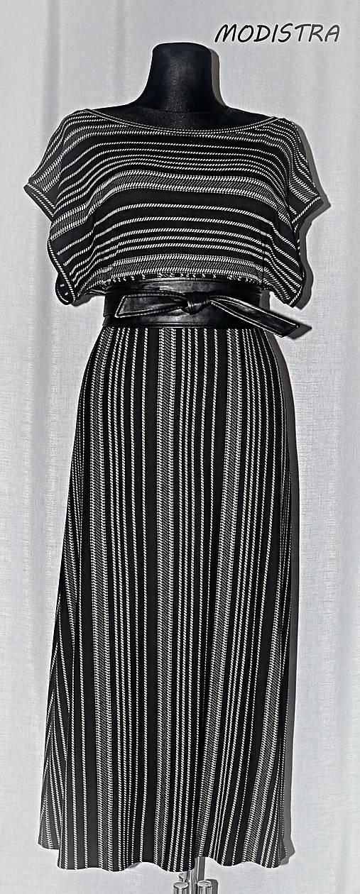 Prúžkované úpletové šaty s opaskom