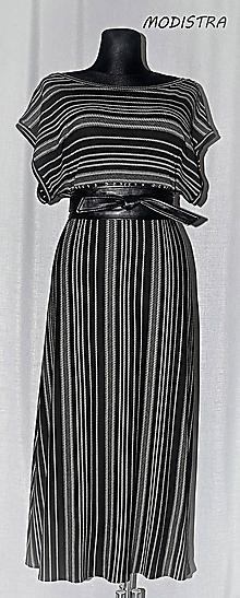 Šaty - Prúžkované úpletové šaty s opaskom - 10900047_