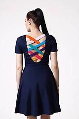 Šaty s farebným chrbátom