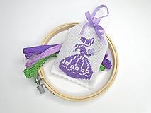 Dekorácie - Voňavá levanduľová dekorácia s výšivkou - 10901540_