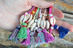 Náramky - • Farebné náramky s mušľou a strapčekom • (Hnedá) - 10902865_