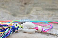 Náramky - • Farebné náramky s mušľou a strapčekom • (Pestrofarebná) - 10902872_