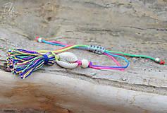 Náramky - • Farebné náramky s mušľou a strapčekom • (Pestrofarebná) - 10902875_